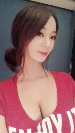 [SW포토] 채보미, 핫팬츠·가슴골 아찔한 포즈