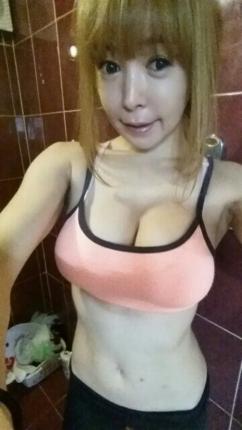 [SW포토] 아이링, 브라탑 입고 아찔한 D컵 가슴골 라인