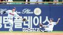[SW포토]김재환-정수빈,'중간에 떨어진 타구'