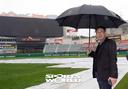 [SW포토]한국시리즈 4차전, 그라운드 살펴보는 한대화 경기 감독관