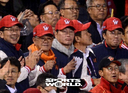 [SW포토]SK 강승호 홈런에 박수치는 최태원 회장