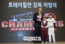 [SW포토]SK 힐만 전임 감독,'어린이와 함께'