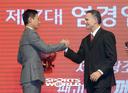 [SW포토]SK 염경엽 신임 감독과 힐만 전임 감독,'뜨거운 악수