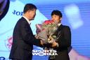 [SW포토]MVP 나상호,'기영옥 단장께 꽃다발 받다'