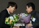 [SW포토] 김광현, 염경엽 신임 감독으로부터 축하의 꽃다발
