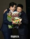 [SW포토] FA 양의지, 김태형 감독으로부터 축하를...