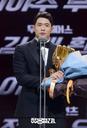 [SW포토]두산 김재환,'외야수 골든글러브 수상'