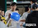 [SW포토] 양홍석, 팬들과 함께 풍선게임