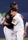 [SW포토]김하성-로하스,'반가운 포옹'