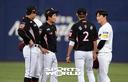 [SW포토]김하성,'공손한 자세로 대화중'