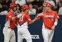 [SW포토] KIA 이창진, 3점 홈런에 최형우 함박웃음