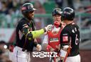 [SW포토] 로하스, 박경수에게 홈런의 기운을 전달