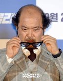 [SW포토]안경 고쳐쓰는 배우 김상호