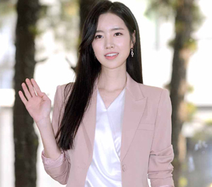 진세연, '핑크빛 손인사'