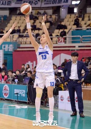 [SW포토]3점슛 던지는 김정은