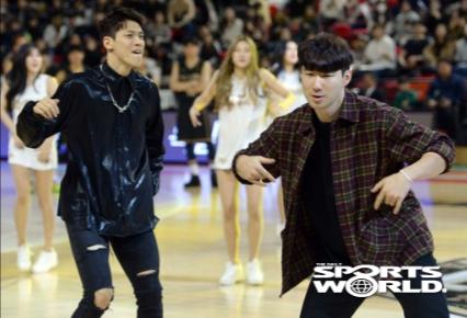 [SW포토] 축하공연 펼치는 김선형과 김낙현